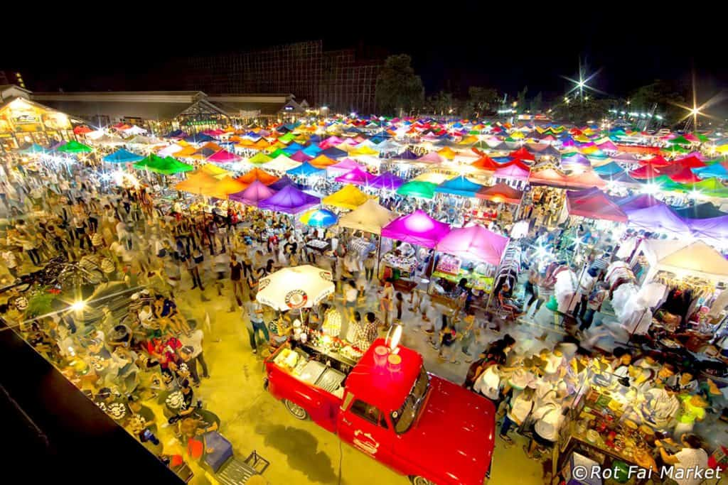 Rot Fai Nachtmarkt in Bangkok