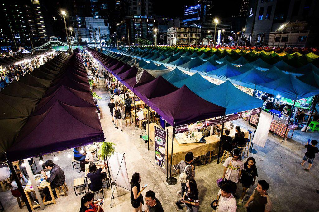 Talad Neon Nachtmarkt in Bangkok